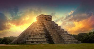 Chichén Itzá - Pyramide im Gegenlicht