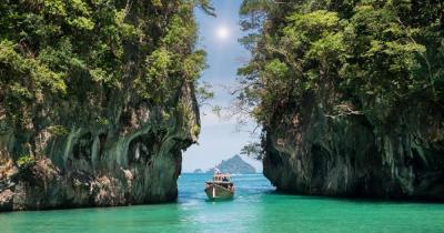 Ko Phuket - Blick auf Felsen im Meer