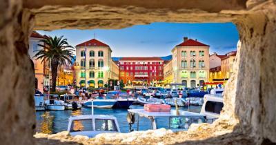 Split - Blick durch ein Steinfenster auf den Platz Prokurative