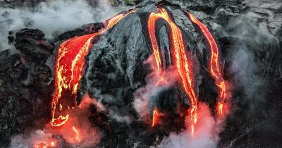 Hawaii-Volcanoes-Nationalpark / Lava fließt in den Ozean