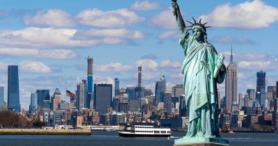 Freiheitsstatue / die Freiheitsstatue mit Blick auf die Stadt