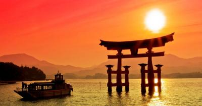 Kyoto - Torii Tor im Sonnenuntergant