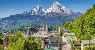 Berchtesgarden - Blick auf den Ortskern mit dem Watzmann