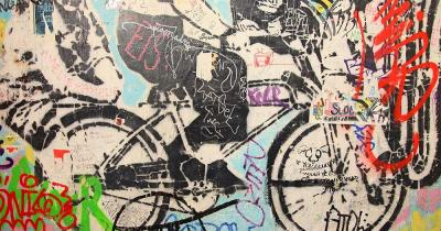 East Side Gallery - Kunstwerk mit Fahrrad