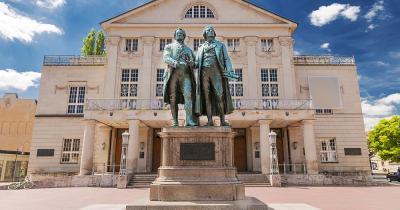 Weimar - Nationaltheater mit Göthe und Schiller Statuen
