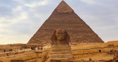 Pyramiden von Gizeh - Sphinx im Vordergrund