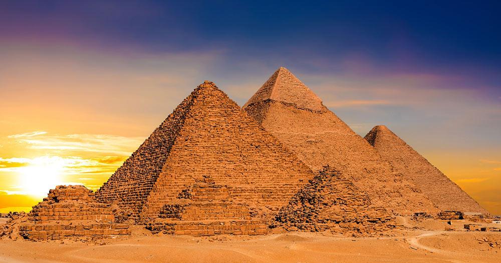 Pyramiden von Gizeh - im Gegenlicht