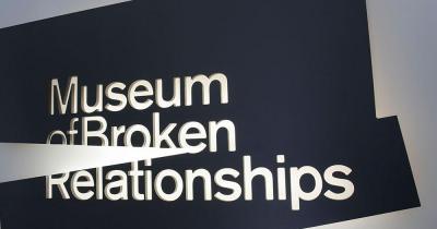 Museum der zerbrochenen Beziehungen - Logo Schild