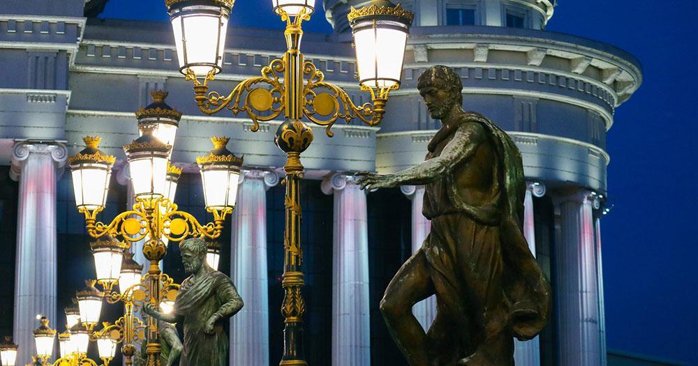 Skopje - Statuen auf der Brücke