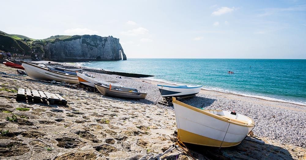 Normandie / kleine Boote am Strand