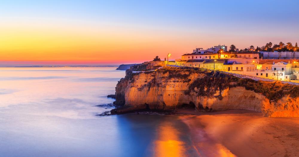 Algarve - Blick auf Carvoeiro bei Sonnenuntergang