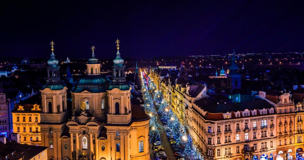 Prag - Blick auf die Dächer der Altstadt bei Nacht