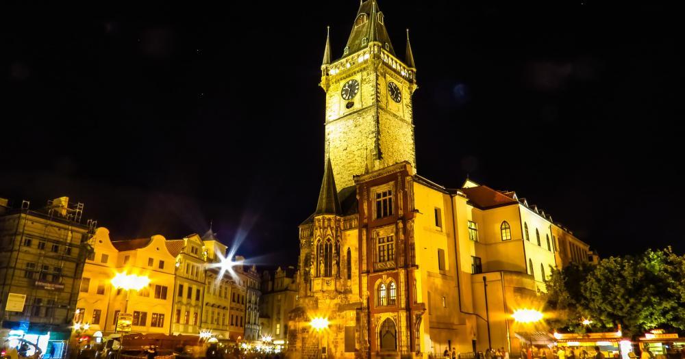 Prag - Blick auf das Altstädter Rathaus bei Nacht