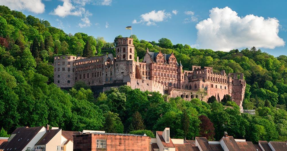 Heidelberg / Schlossruine über den Dächern von Heidelberg