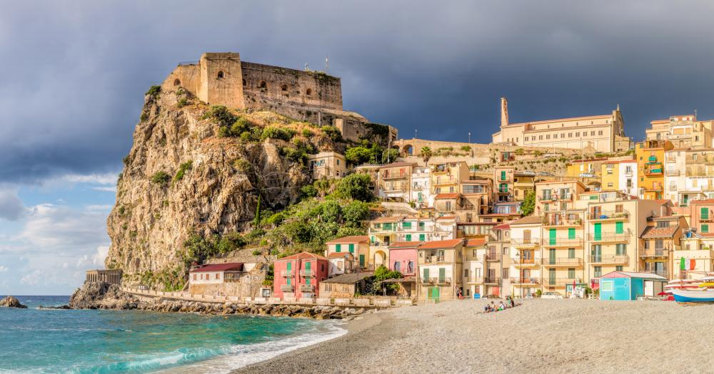 Kalabrien - Blick auf den Strand von Scilla und das Castello Ruffo