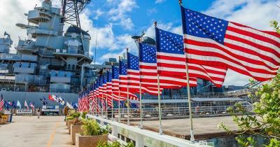 Pearl Harbor / amerikanische Flaggen vor dem Schlachtschiff