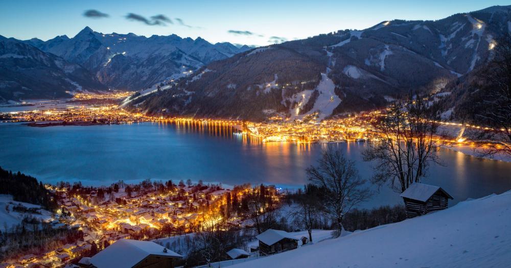 Zell am See - Blick auf die Stadt bei Nacht