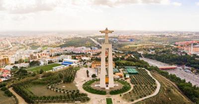 Cristo Rei Statue / die Statue aus der ferne mit Blick aud die Stadt