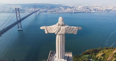 Cristo Rei Statue / die Statue von hinten mit Blick aud den See