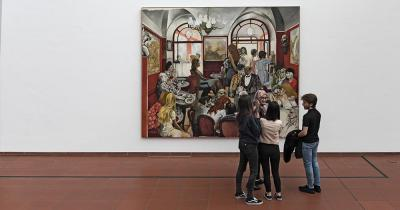Museum Ludwig / Leute sehen sich ein Gemälde an