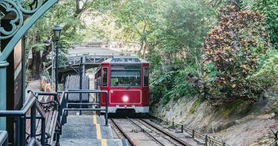 Peak Tram / eine Peak Tram fährt weg