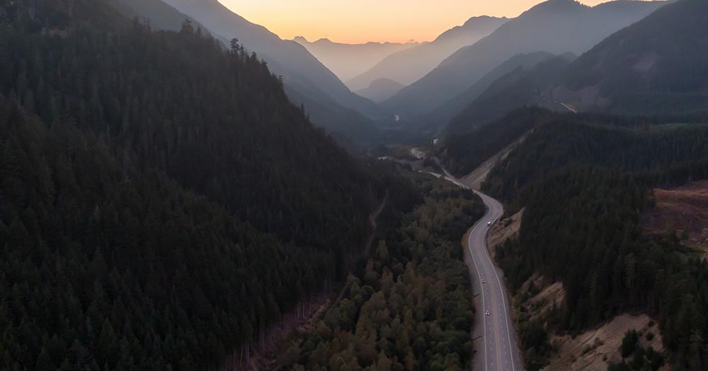 Highway 3 - der Highwy 3 in Kanada umgeben von Bergen
