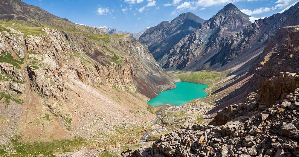 Kirgisistan - Wunderbarer türkisfarbener Bergsee, Kirgisistan