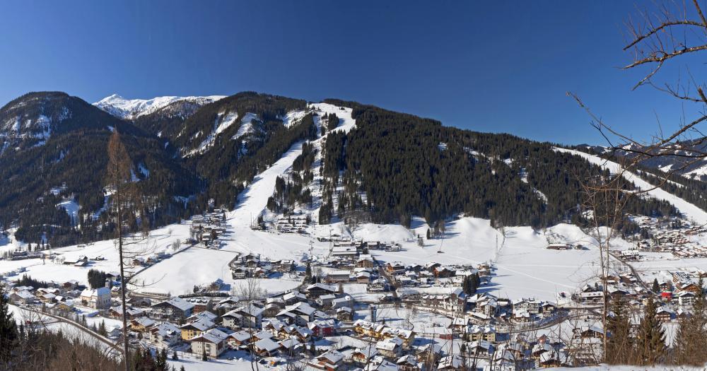Flachau - Blick auf den Ort und den Berg Grießkar