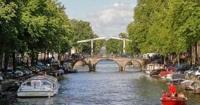 Kanalrundfahrten Amsterdam / Brücke in Amsterdam