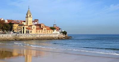 San Lorenzo Beach - Kirche San Pedro am Strand von San Lorenzo in Gijon