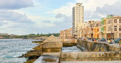El Malecon - der Malecon in Havanna mit Menschen und Verkehr