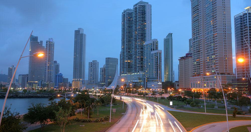 Panama - Atemberaubende Aussicht auf Panama-Stadt bei Sonnenuntergang