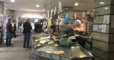 Stadt Markt Pula - Fischstand in der Markthalle