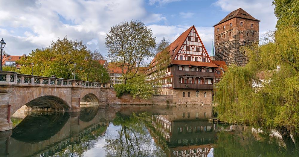 Nürnberg - Der Weinstadel spiegelt sich im Wasser