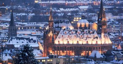 Aachener Weihnachtsmarkt - Aachen Rathaus im Winter