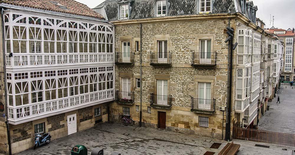 Vitoria-Gasteiz - weissen Balkons auf dem Virgen Blanca