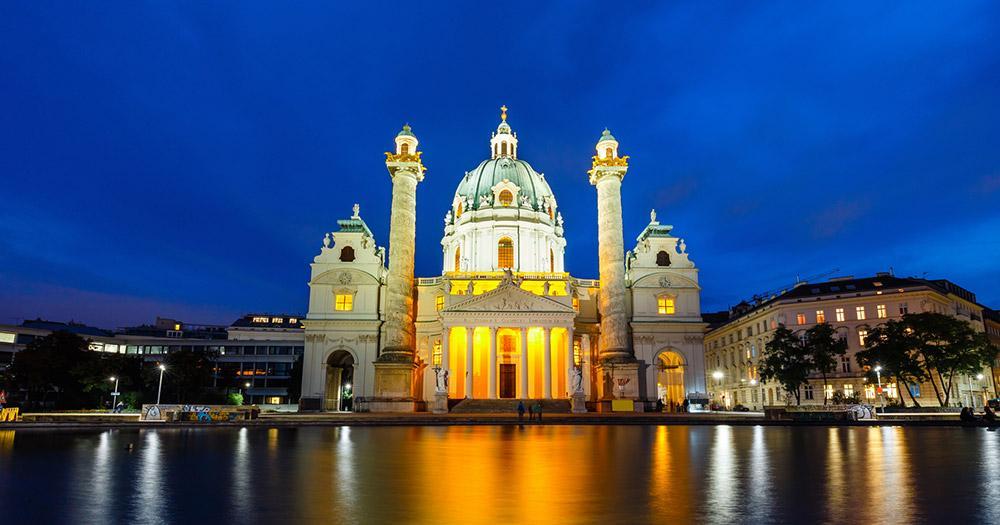 Wien - Karlskirche bei Nacht