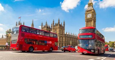 London - Typisch rote Busse vor dem Big Ben