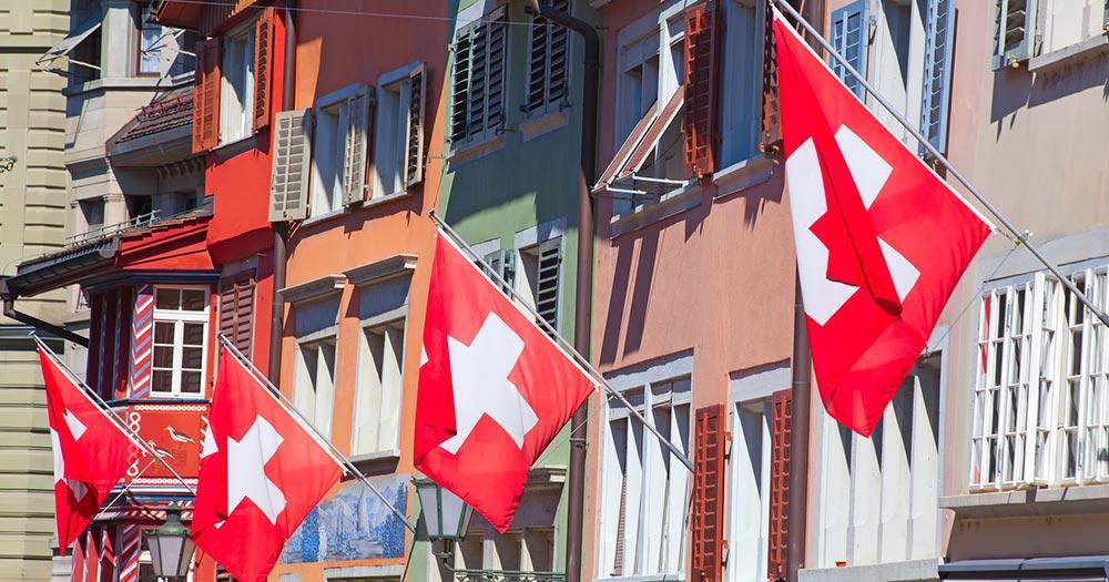 Zürich - Flaggenpracht in der Züricher Altstadt