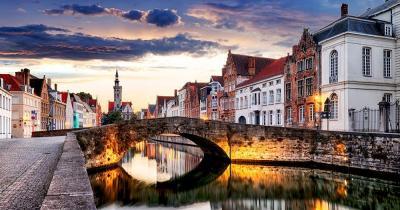 Brügge - Altstadt mit malerischen Brücke im Abendlicht