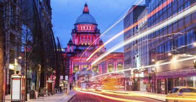 Belfast - Das Rathaus im Abendverkehr