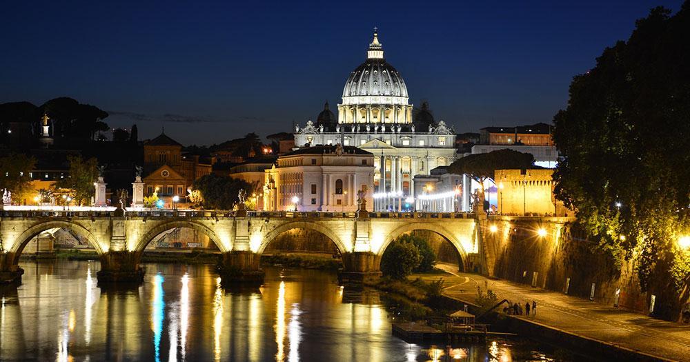 Vatikanstadt - abendlicher Blick über den Tiber zum Petersdom