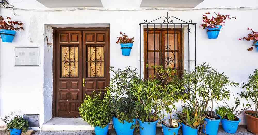 Costa del Sol - Haus und Blumentöpfe