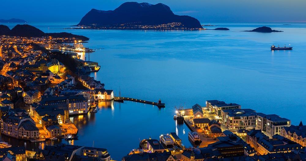 Alesund - Hafeneinfahrt bei Nacht