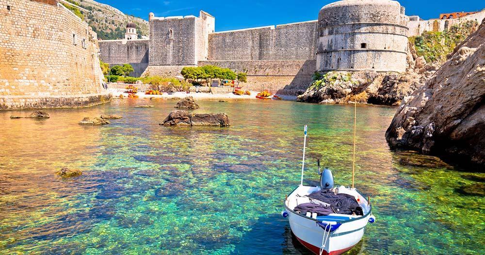 Dubrovnik - kleiner malerischer Hafen mit Fischerboot