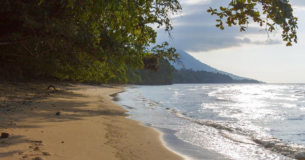 Bunaken - Menschenleerer Sandstrand