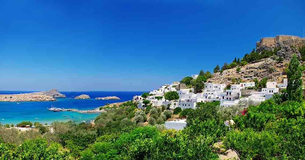 Rhodos - Bild auf ein malerisches Dorf am Strand