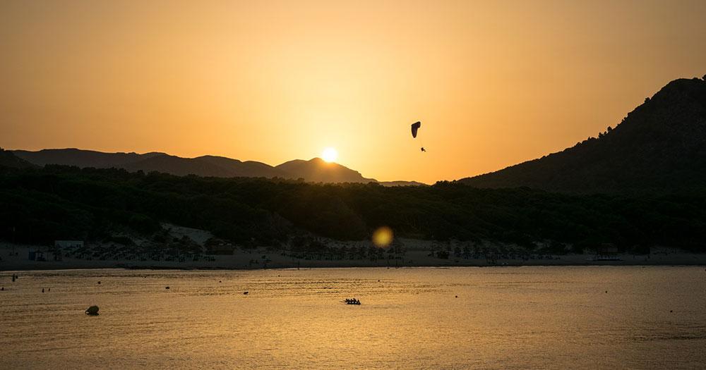 Ballermann 4 - Fallschirmspringen im Abendlicht