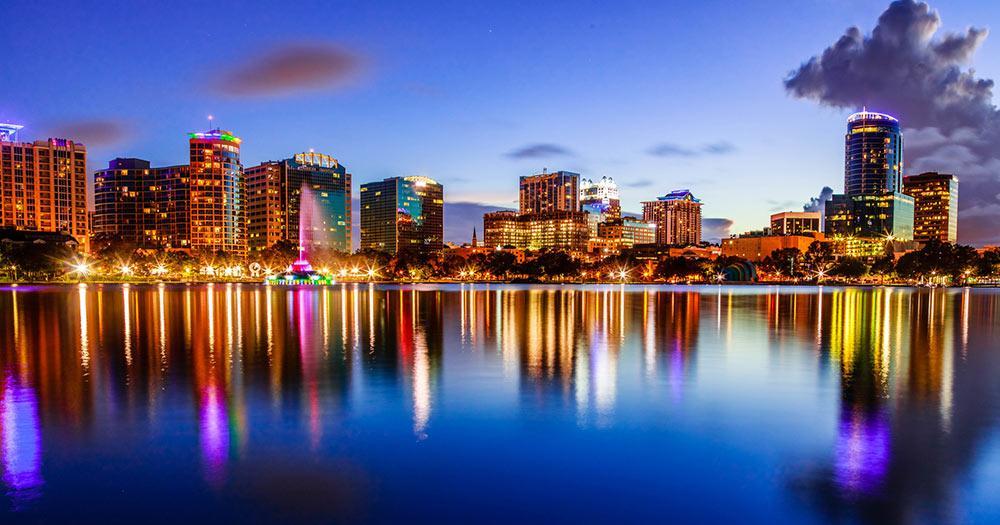 Orlando - Lake Eola mit der Skyline im Abendlicht