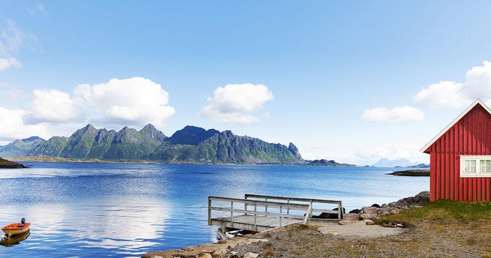 Lofoten - Rotes Haus am Fjordfjord
